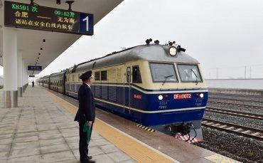 庐铜铁路开通客运列车